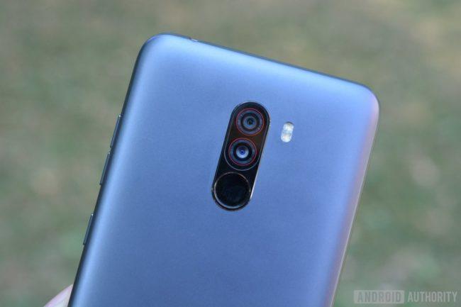 Xiaomi Pocophone F1 вид сзади