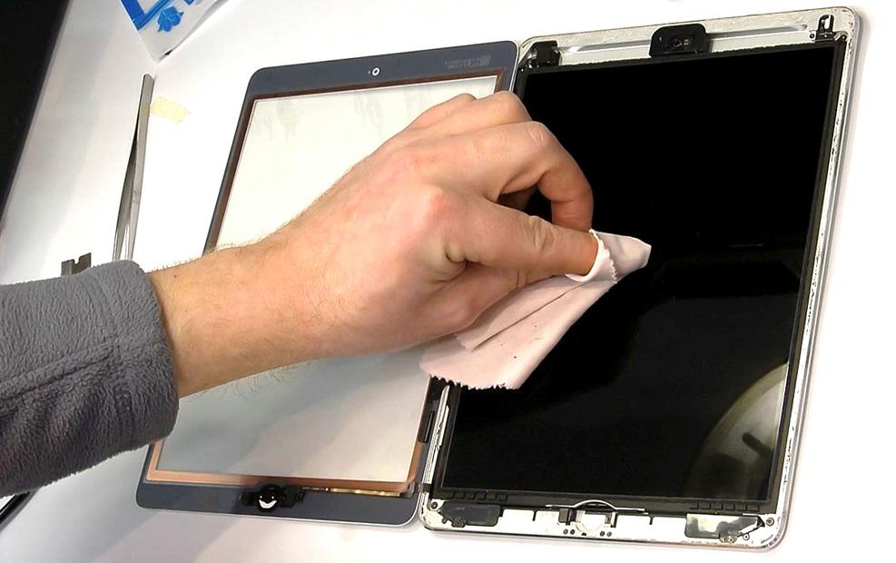 Чем очистить стекло на планшете?